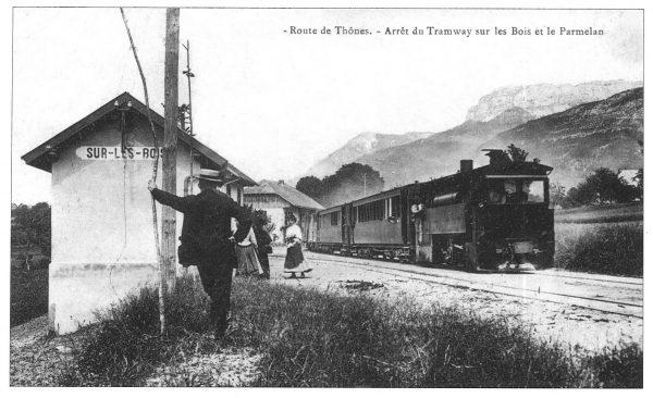 Le tramway de Thônes - Arrêt du tramway sur les bois et le Parmelan